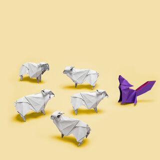 Origami von 5 Schafen vor einem Wolf